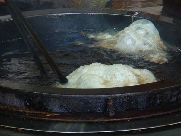 餅和蛋丟掉油鍋裡炸