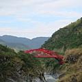 紅色的橋很搶眼