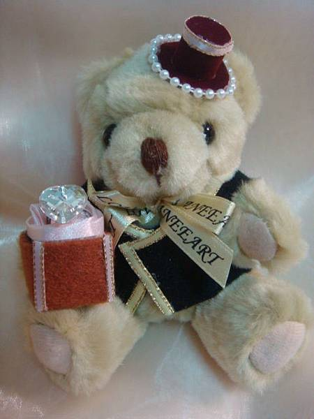 [婚禮小熊]--身穿西裝、戴禮帽的新郎小熊