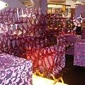 紫色的沙發區