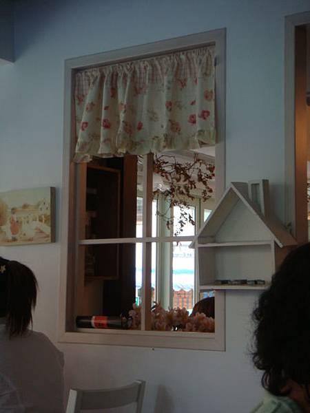 [HANA]--我很愛這個玫瑰窗簾的窗戶