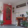 [HANA]--餐廳門口,鮮明的紅木門和復古縫紉機