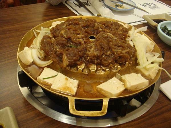 [高麗棒]--先將銅盤燒熱,把肉放上去