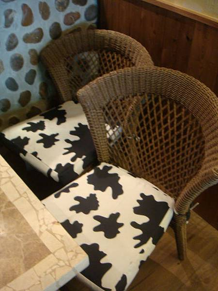 [BIG TOM]--餐廳椅墊都是乳牛紋