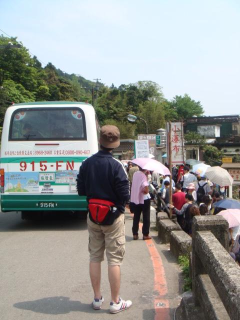 [竹子湖]--聽說公車塞在路上,不知何時才會上來!!