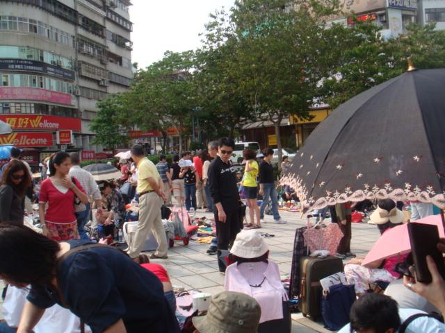 [天母廣場]--每週六、日都會有跳蚤市場!!