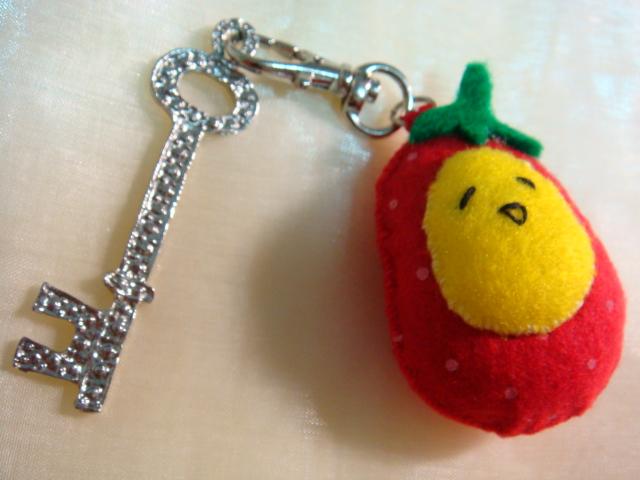 [不織布手作物]--化身時尚鑰匙扣的草莓蛋