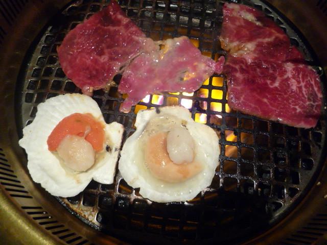 [大和燒肉]--烤扇貝,烤約1分鐘後,翻面.jpg