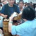 [香港蓮香樓]--拿完餐點,把點菜單給大嬸蓋章