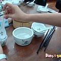 [香港蓮香樓]--這裝滿熱水的小盆是用來洗餐具的