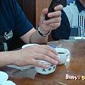 [香港蓮香樓]--忙碌的大哥,邊喝茶邊看手機