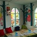 牆壁上畫的是童話故事