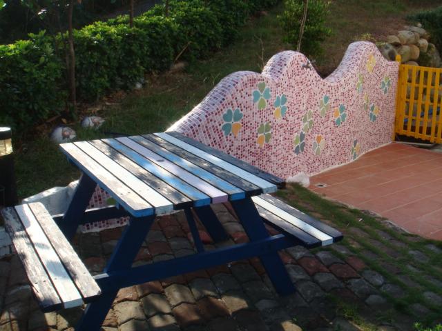 庭院的馬賽克拼磚牆