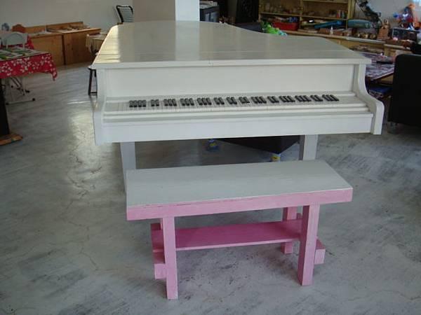 客廳的鋼琴(假的!!木頭作的!)