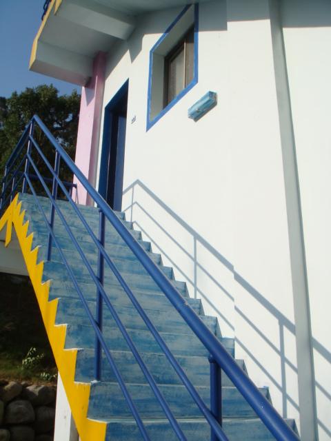 沿著樓梯往上爬!