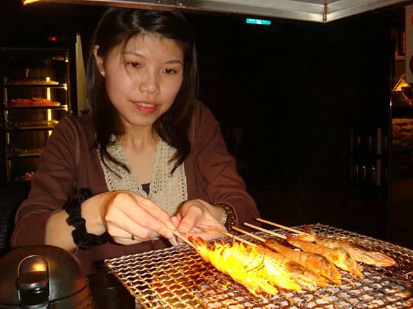 [燒肉大將]--小玉很認真地一直烤蝦