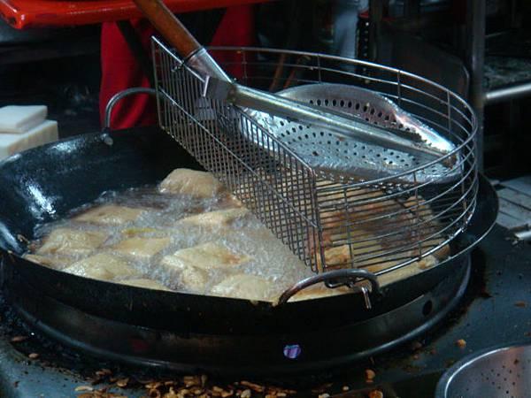 左營舊城蚵嗲--臭豆腐在油鍋中翻滾