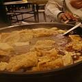 鍋裡已經有豆皮、豆腐、米血