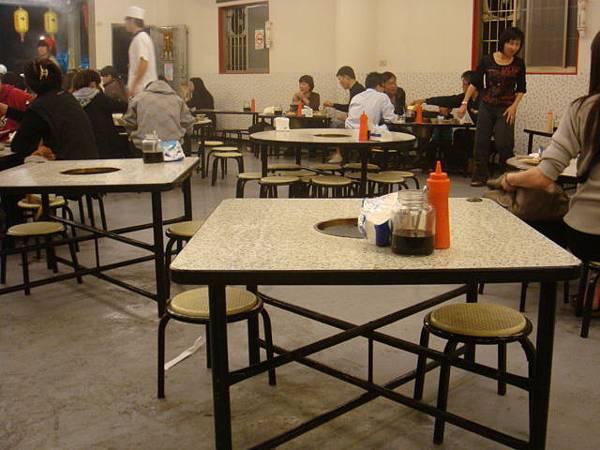 小巧的桌椅,桌中間有洞