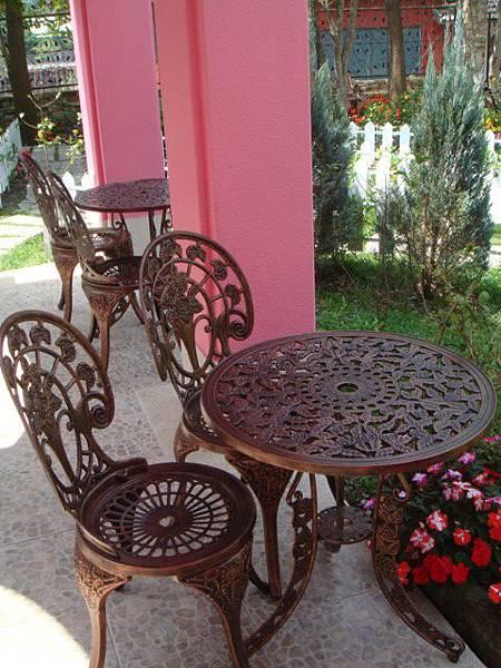 『南投的歐莉葉荷』--銅製的桌椅