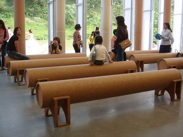 『南投的紙教堂』--連椅子都是紙捲