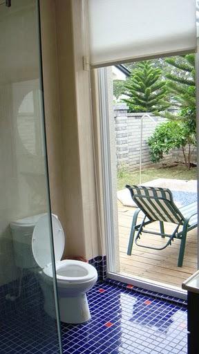 廁所旁就可以通到泳池