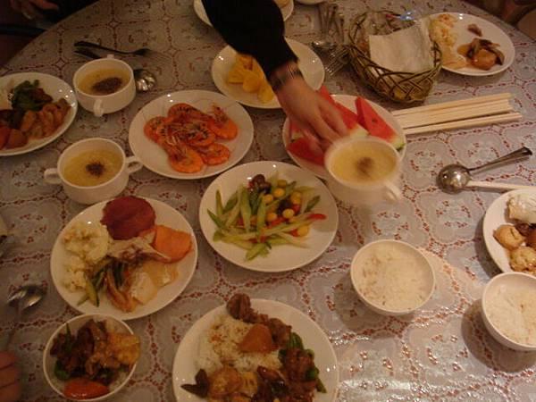 看看我們滿桌的菜