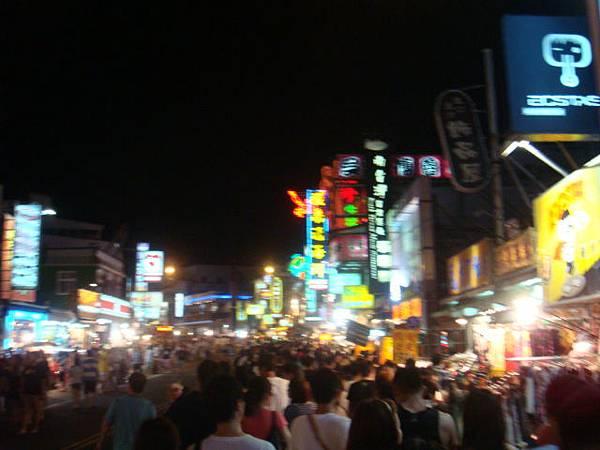 人潮擁擠的墾丁大街