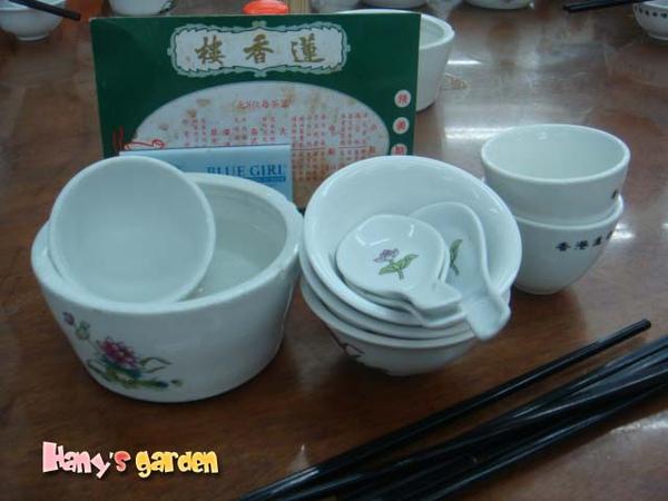 [香港蓮香樓]--大叔立刻送上茶杯、碗、碟