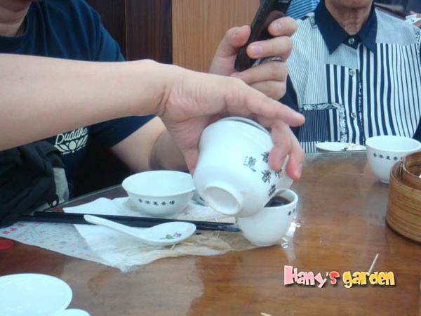 [香港蓮香樓]--不怕燙的為大家示範單手倒熱茶