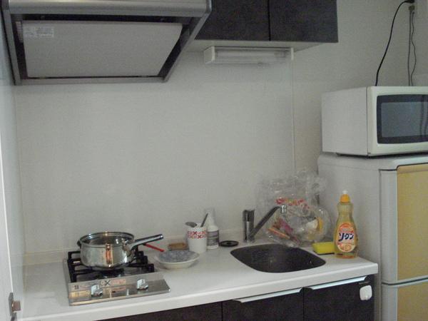 一進來左邊是小廚房