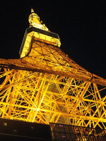 往上看鐵塔超級美