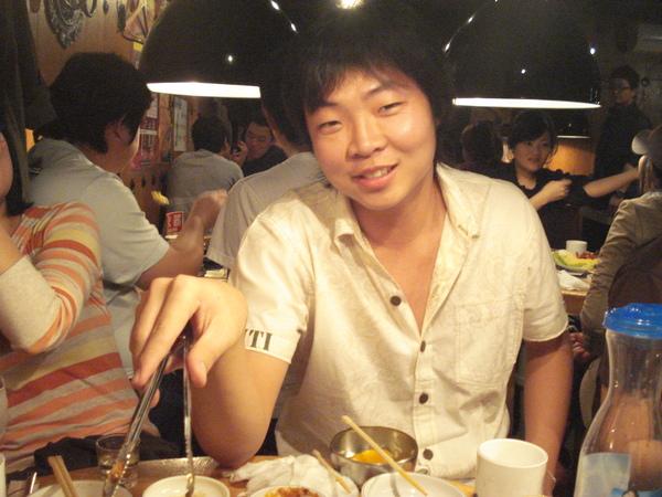 x桑很快就學會怎麼用韓國燒肉了