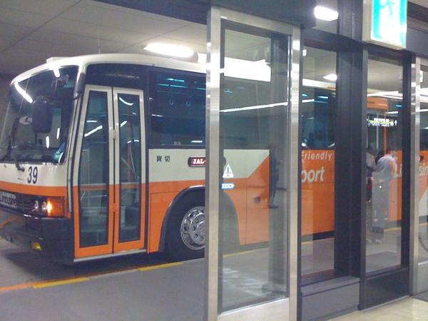 下飛機後搭乘巴士到航站!好酷