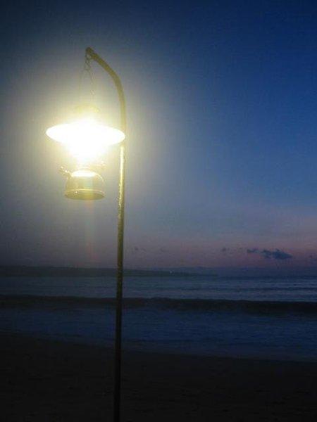 直接插在沙灘上的燈座  別倒啊