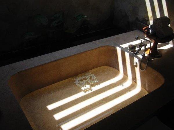又是浴缸,請入內泡澡