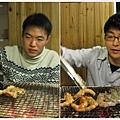 看看他們有多專業,一個烤肉一個烤蝦(拍手~)