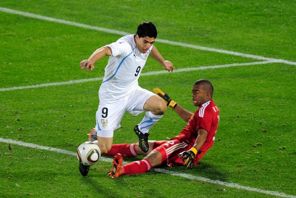 2010.6.16 烏拉圭 9號Suarez 禁區被南非門將絆腳, 本屆第一位門將領到紅牌.jpg