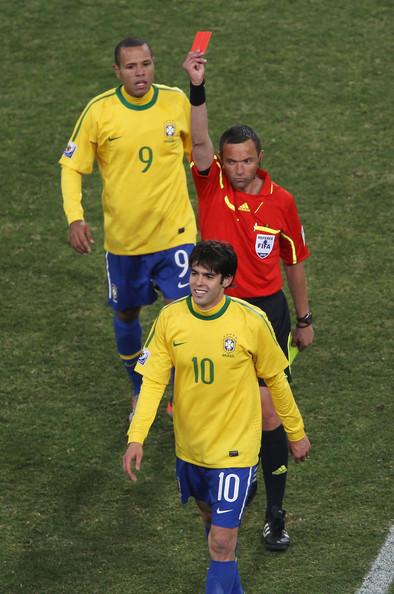 2010.6.20 巴西10號Kaka 兩黃換一紅牌 罰出場.jpg