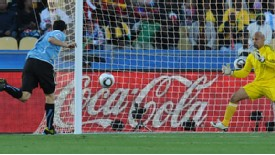2010.6.22 烏拉圭 9號Suarez 門前頭球攻進致勝分.jpg