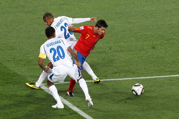 2010.6.21 西班牙 7號Villa 帶球過人進入禁區門前起腳 攻下第一分.jpg