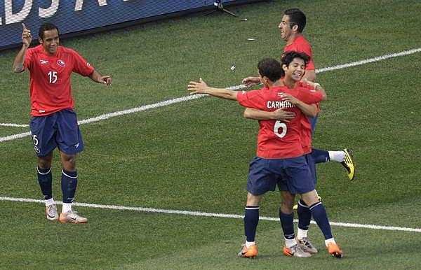 2010.6.16 智利 15號Beausejour 成為獲勝的英雄.jpg