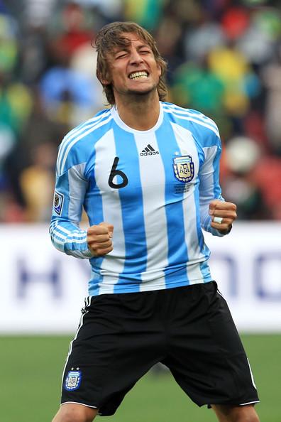 2010.6.12 阿根廷 6號Heinze 飛身頂進目前本屆最快進球-1.jpg