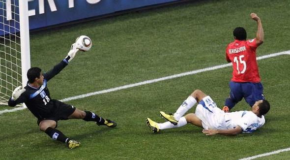 2010.6.16 智利 15號Beausejour 踢進第一分-1.jpg