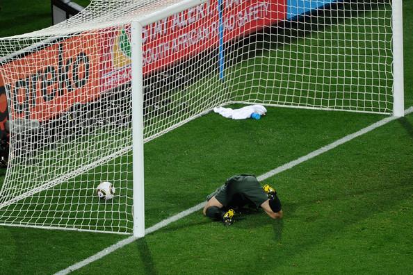 2010.6.12美國 8號Dempsey 踢球,英格蘭門將Green 失誤漏球進網-1.jpg