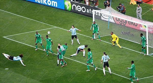 2010.6.12 阿根廷 6號Heinze 飛身頂進目前本屆最快進球.jpg