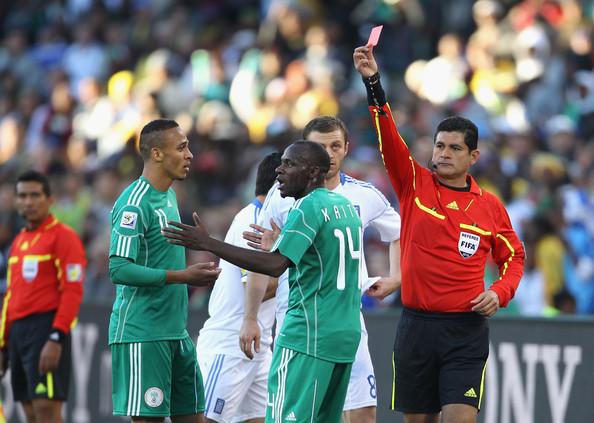 2010.6.17 奈及利亞 14號Kaita 因踢人領到紅牌被罰出場 種下敗因.jpg
