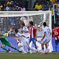 2010.6.20 巴拉圭 16號Riveros 在門前起腳 攻下第二分.jpg