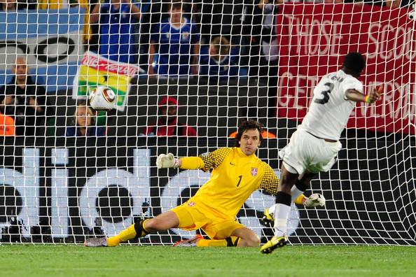 2010.6.13 迦納前鋒 3號Gyan 踢進本屆第一個12碼罰球.jpg