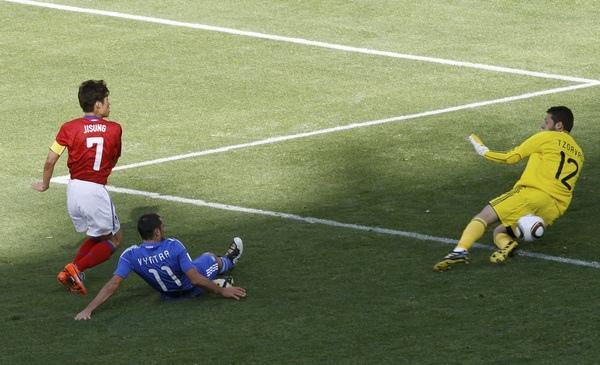 2010.6.12韓國隊長 7號朴智星 射進第二球.jpg